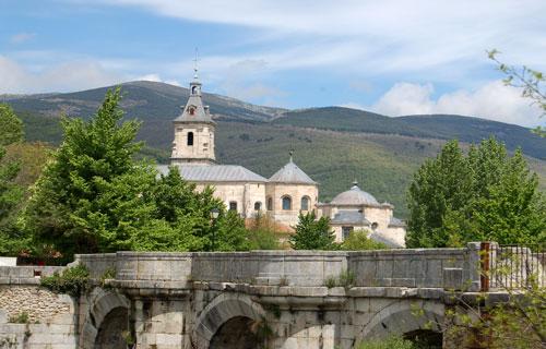 Vista del Puente del Perdón y el Monasterio de El Paular de fondo