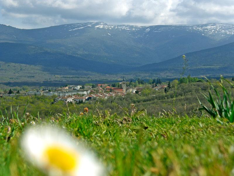 Vista del pueblo de Rascafría a lo lejos y con las montañas de fondo